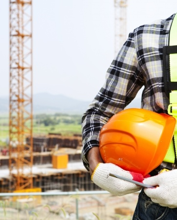 21925493-Vertical-image-construction-safety-concept-Close-up-construction-worker-holding-helmet-Stock-Photo Työturvallisuuskortti